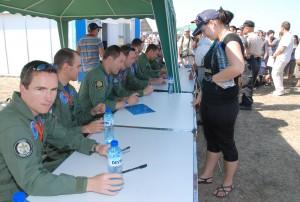 Пилотите от PC Team -7 на ВВС Швейцария раздоха автографи на посетителите.
